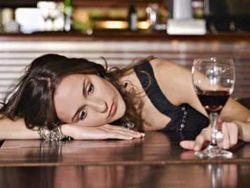 Женщины снимают стресс алкоголем