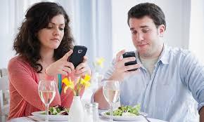Психологи рассказали о симптомах смартфоновой зависимости
