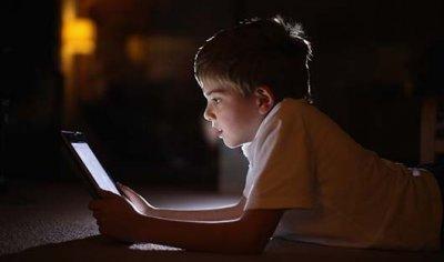 Телефоны и планшеты, используемые перед сном, вызывают стресс