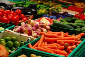 Употребляя регулярно фрукты и овощи, человек становится счастливее
