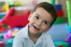 Чрезмерная забота или ее отсутствие приводят к повышенному риску психических расстройств у ребенка