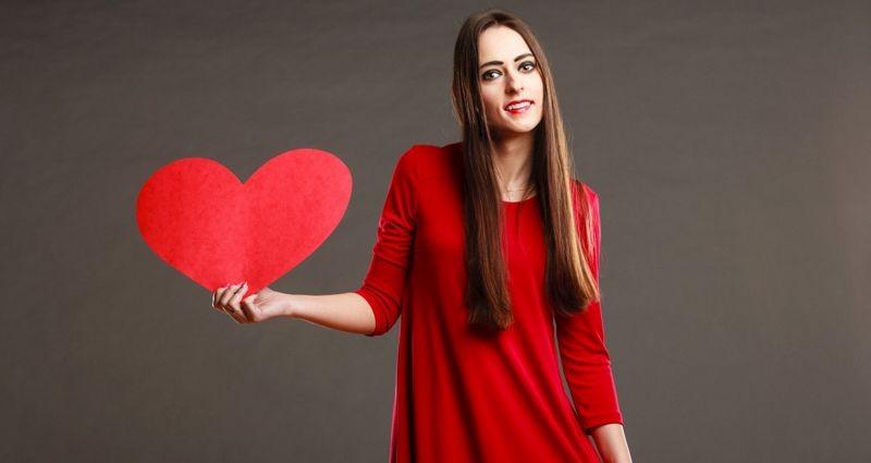 Красное платье не поможет привлечь партнера