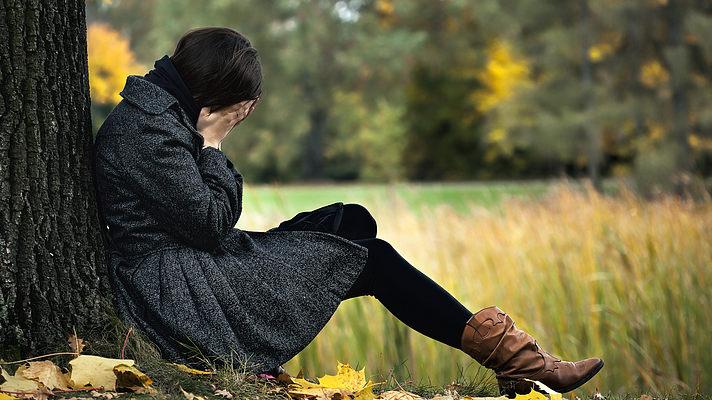 Эксперт: Осеннюю депрессию можно победить, если изменить свое отношение к жизни