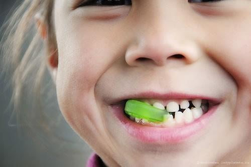 Действенные способы удаления молочных зубов