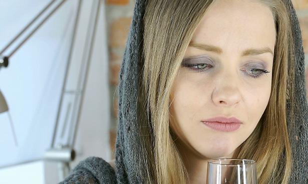Крепкие спиртные напитки заставляют людей чаще плакать и грустить