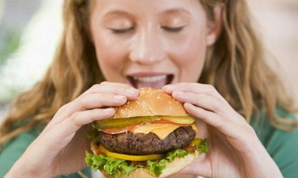 Фастфуд и энергетики провоцируют депрессию у подростков