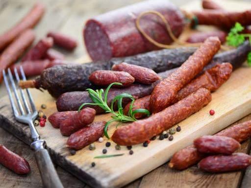 Развитие психических проблем связали с употреблением колбасы