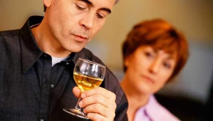 Психологи рассказали, как убедить человека бросить пить