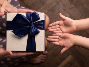 Дарить подарки приятнее, чем получать