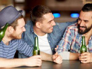 Мужчины распространяют сплетни так же часто, как и женщины