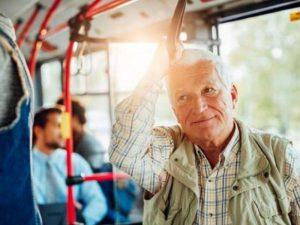 Психолог рекомендует не уступать пожилым людям места в метро
