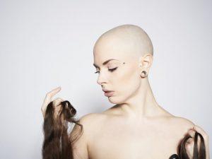 Стресс, сезон и другие причины выпадения волос у женщин