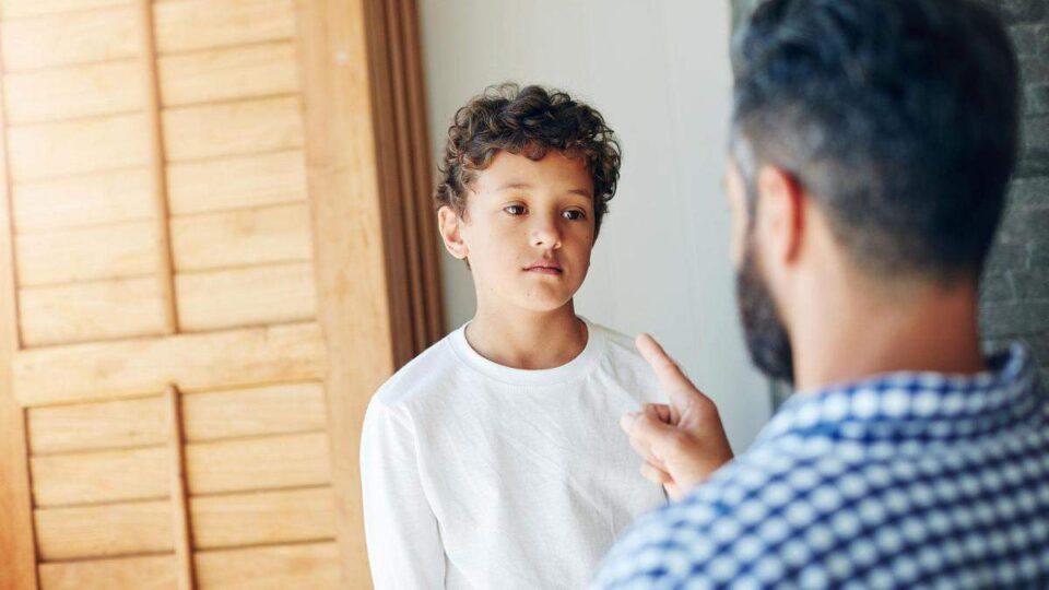 Психологи рассказали, на какое поведение детей нельзя закрывать глаза