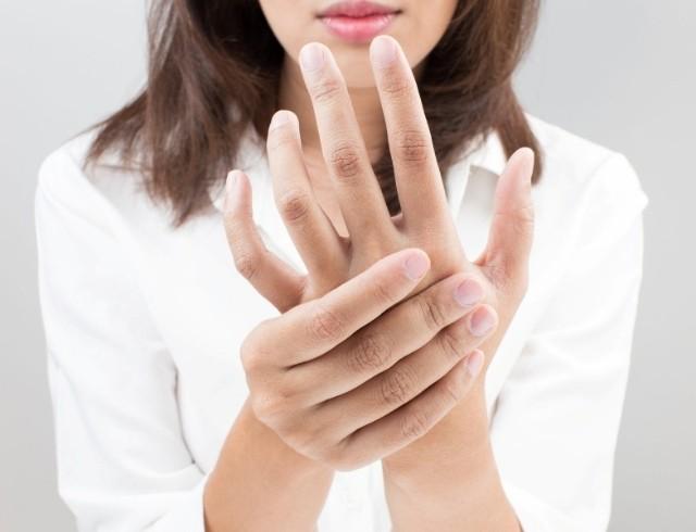 Судороги пальцев рук: причины и как лечить?